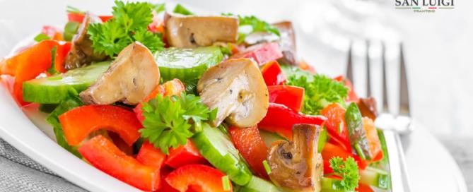Sommerlicher gemischter Salat mit warmen Pilzen und Honig-Senf-Vinaigrette